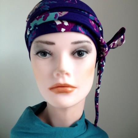 Zet de muts op het hoofd met de naad naar achteren en laat de strikpanden uithangen